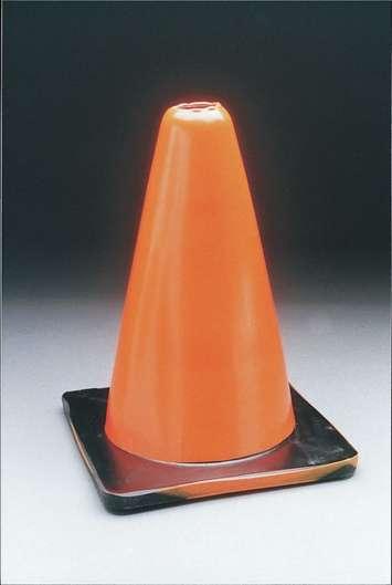 Cônes classiques de couleur orange - H 30,5cm Image